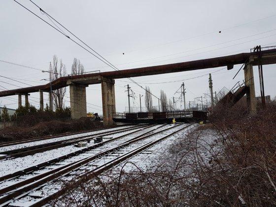 Imaginea articolului Circulaţia trenurilor este blocată în Ploieşti după ce o pasarelă de patru tone a căzut peste calea ferată / Lista trenurilor de călători oprite temporar | FOTO