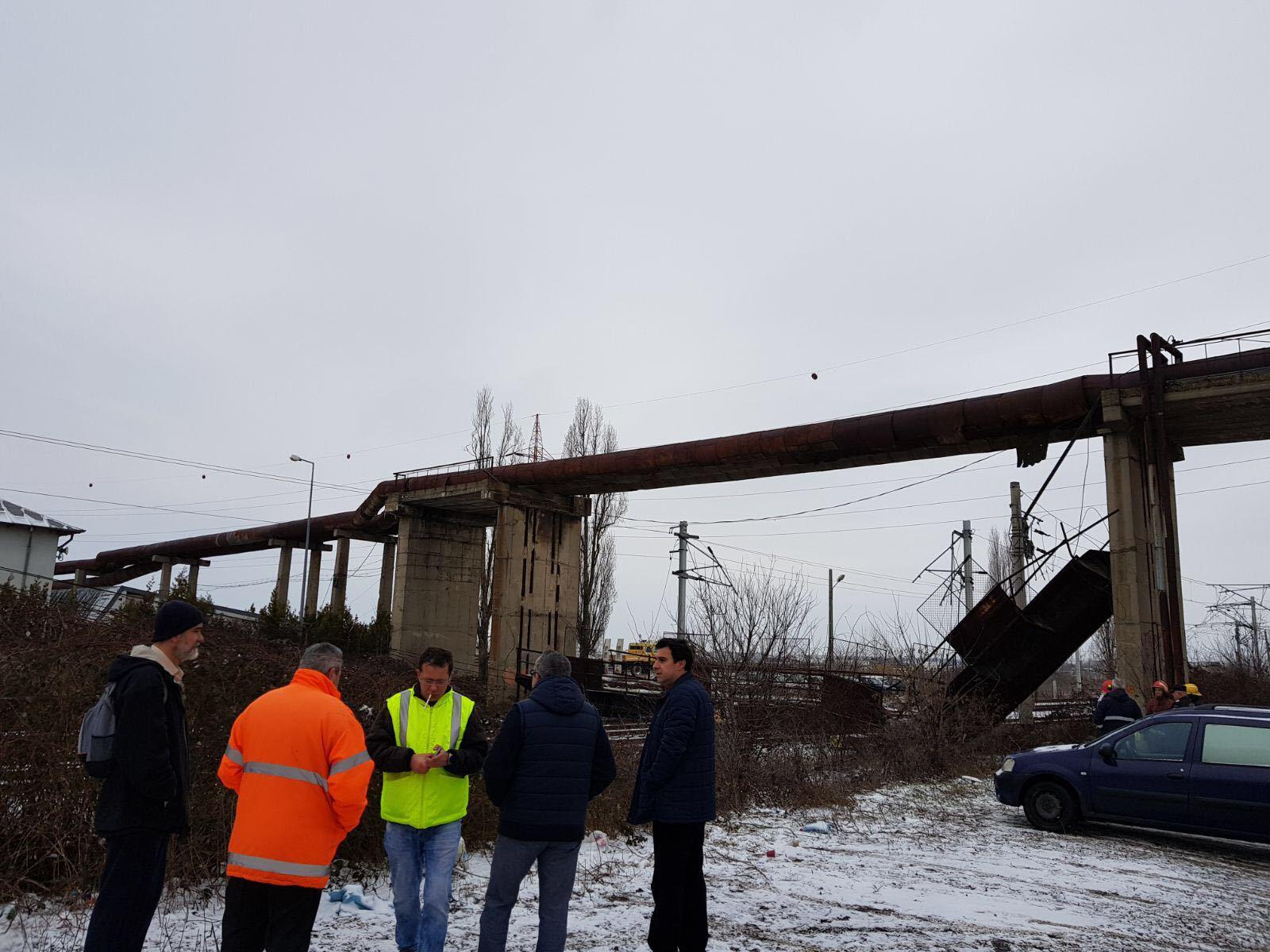 Pasarela prăbuşită la Ploieşti | Veolia Energie Prahova: Asumăm responsabilitatea, chiar dacă acest obiect nu apare în lista bunurilor concesionate/ Ministrul Transporturilor: Voi cere un inventar asupra punctelor de risc