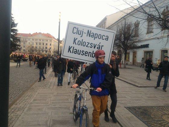 Imaginea articolului Bicicletă cu inscripţia trilingvă a municipiului Cluj-Napoca, parcată în curtea Primăriei | GALERIE FOTO