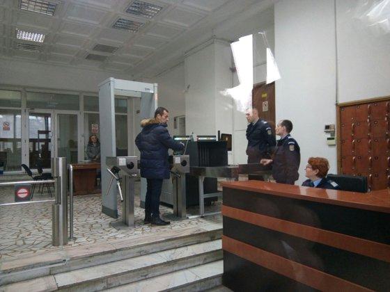 Imaginea articolului Mircea Negulescu a chemat poliţia la Parchetul General ca să fie apărat de jurnalişti. Fostul procuror DNA acuză un cameraman de agresiune