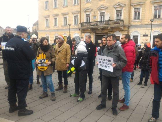 Imaginea articolului PROTEST la Cluj: Peste o sută de oameni au ieşit în stradă, nemulţumiţi de intenţia de revocare a şefei DNA   FOTO