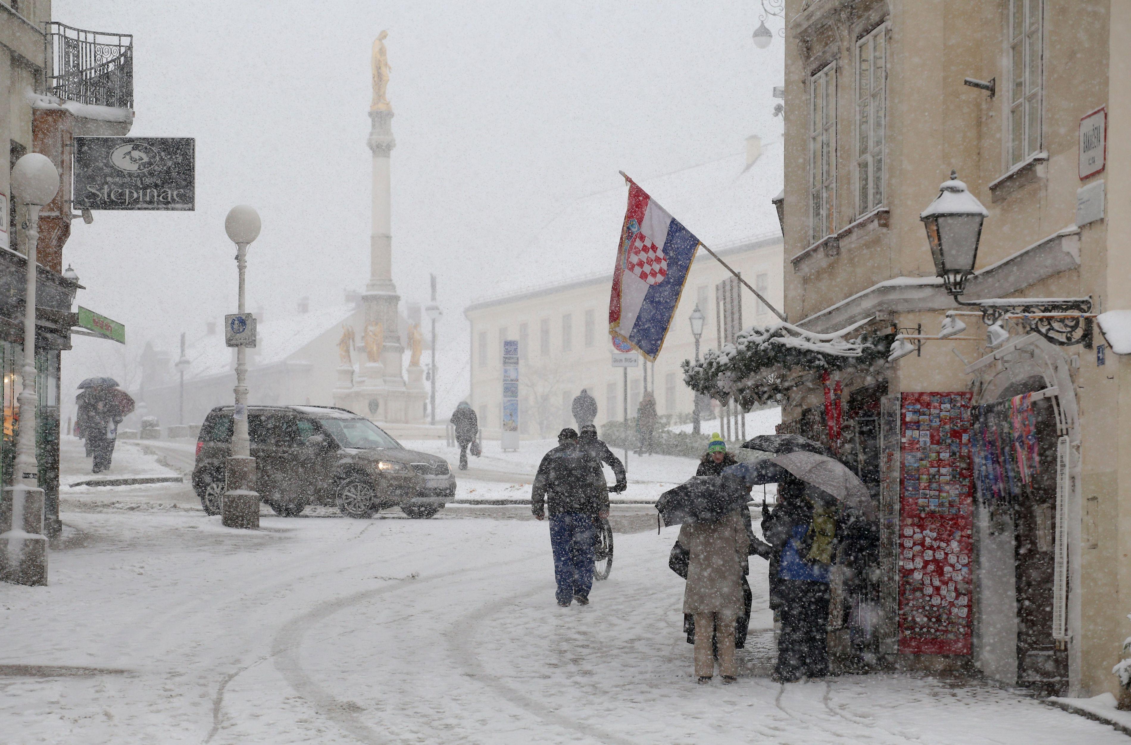 MAE atenţionează: Interdicţii şi limitări de circulaţie rutieră în condiţii de ninsoare în Croaţia / Numerele de telefon la care cetăţenii români pot solicita asistenţă consulară
