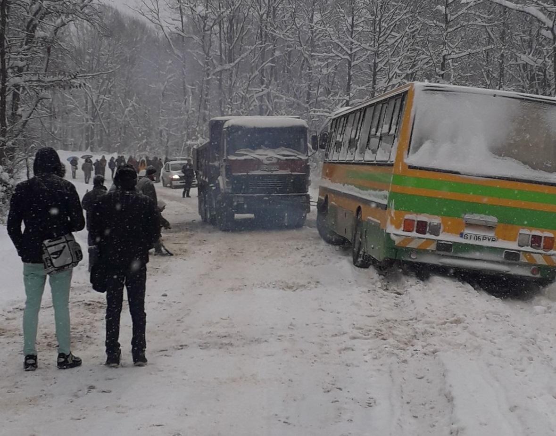 Un autobuz şcolar cu 40 de elevi a derapat şi a ajuns în şanţ. Administratorul drumului a fost amendat