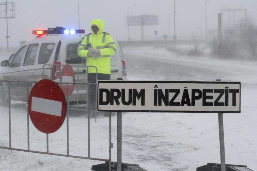 România sub ZĂPADĂ. Circulaţia pe două autostrăzi şi zeci de drumuri este OPRITĂ. Care este situaţia drumurilor