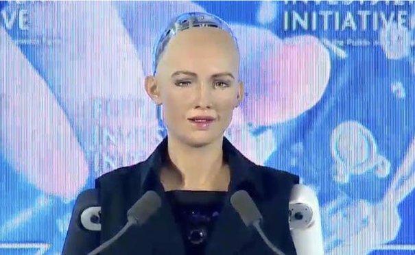 Robotul Sophia, primul care a primit cetăţenia unui stat, vine la Bucureşti