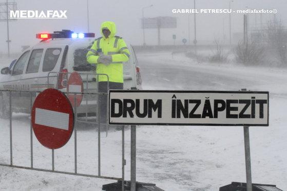Imaginea articolului DRUMURI ÎNCHISE în judeţele Olt şi Vaslui din cauza vremii. În Neamţ, maşini ale ISU au rămas împotmolite în zăpadă/ Care este situaţia drumurilor