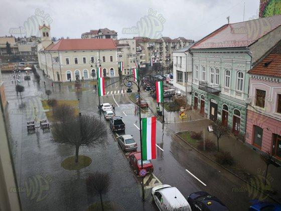 Imaginea articolului Arborarea panglicii din Sfântu Gheorghe care seamănă izbitor cu steagul Italiei, urmată de amendă. Primarul a fost sancţionat pentru altă decizie luată