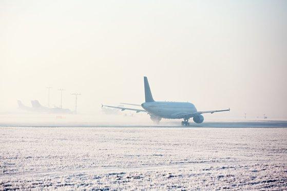 Imaginea articolului Traficul aerian, dat peste cap: întârzieri masive pe Aeroportul Otopeni, din cauza ploii îngheţate / Cod PORTOCALIU de polei în Bucureşti şi zece judeţe