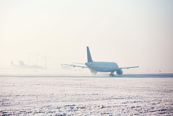 Imaginea articolului Traficul aerian, dat peste cap: întârzieri masive pe Aeroportul Otopeni, din cauza ploii îngheţate / Cod PORTOCALIU de polei în Bucureşti şi 12 judeţe