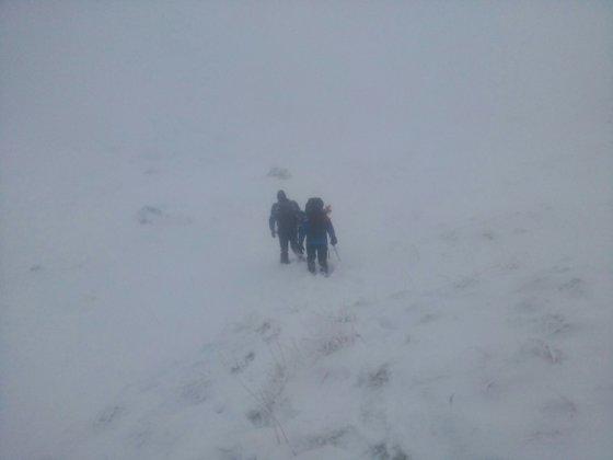 Imaginea articolului Intervenţie GREA pentru recuperarea unui grup de 35 turişti, blocaţi în munţi. Aceştia vor fi coborâţi cu ajutorul corzilor