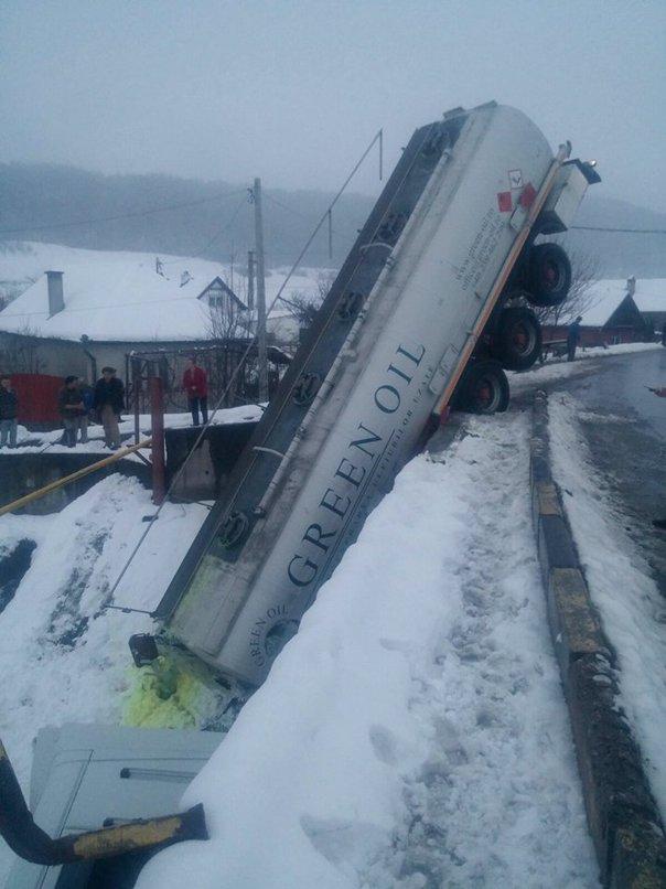 Imaginea articolului O cisternă care transporta aproximativ 31.000 litri de motorină s-a răsturnat în Mureş/ Pompierii au izolat zona   FOTO