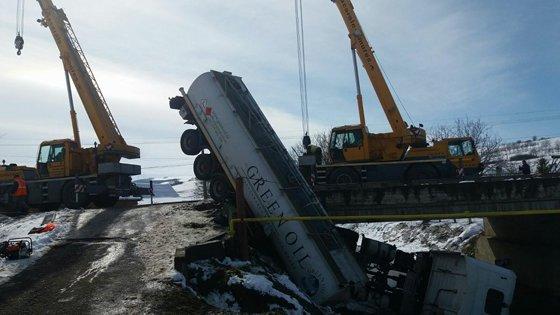 Imaginea articolului Pârâul Nadeş, poluat cu motorina scursă de la cisterna care s-a răsturnat, în judeţul Mureş | FOTO, VIDEO
