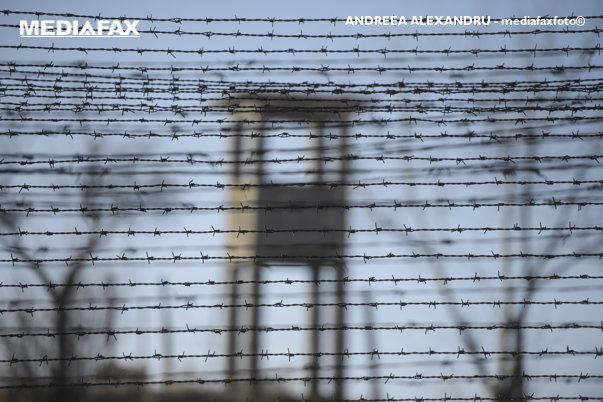 Imaginea articolului Protest la limita dintre viaţă şi moarte.  Un deţinut dintr-o închisoare din România stă pe acoperişul închisorii de mai bine de 30 de ore
