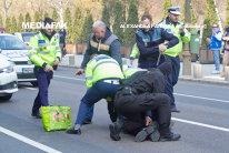 CONFLICT în stradă, oprit cu focuri de armă trase de poliţişti