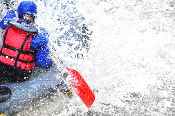 Imaginea articolului Accident grav la rafting în Defileul Jiului | O barcă în care se aflau nouă persoane s-a răsturnat. Un bărbat a murit. Cine era acesta. FOTO