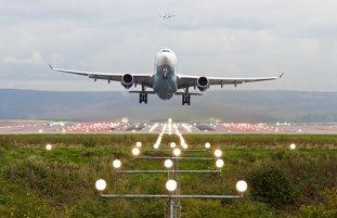ALERTĂ pe Aeroportul Sibiu după ce un bărbat şi un copil au vrut să fure un avion/ O aeronavă NATO se afla pe pistă