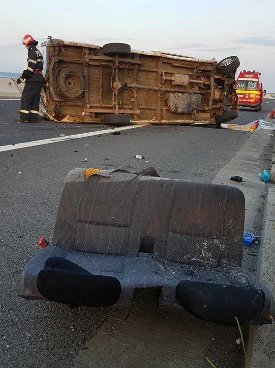 Imaginea articolului ACCIDENT pe autostradă: Şoferul unei autoutilitare, proiectat din maşina care s-a răsturnat după impact - FOTO