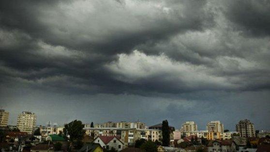 Imaginea articolului Avertizare ANM: Coduri PORTOCALIU şi GALBEN de ploi torenţiale şi vijelii, în ţară