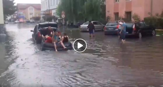 Imaginea articolului Haz de necaz la Târgu-Jiu. Mai mulţi tineri s-au plimbat cu o SALTEA pe o stradă inundată