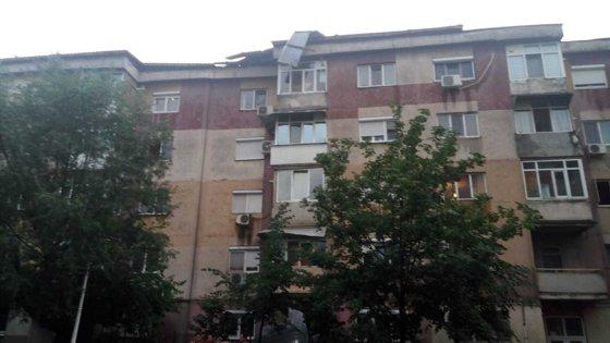 Imaginea articolului Furtună la Craiova: Mai mulţi copaci au căzut pe stradă, iar un acoperiş a fost dus de vânt într-o parcare | FOTO, VIDEO