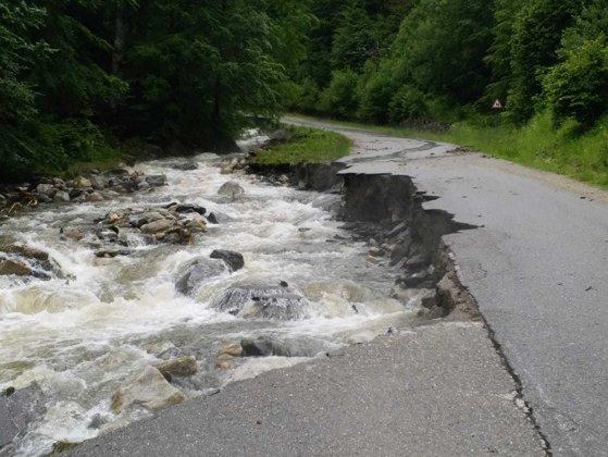 Imaginea articolului Pericol de surpare pe drumul spre staţiunea Râuşor, jud. Hunedoara, rupt de ape | FOTO