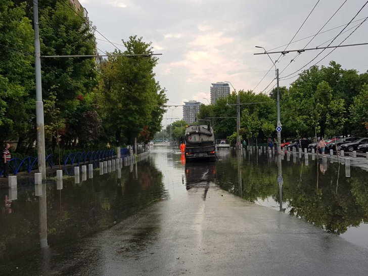 Imaginea articolului Străzi inundate şi maşini blocate în apă, după ploaia din Capitală / ApaNova acţionează cu peste 40 de utilitare
