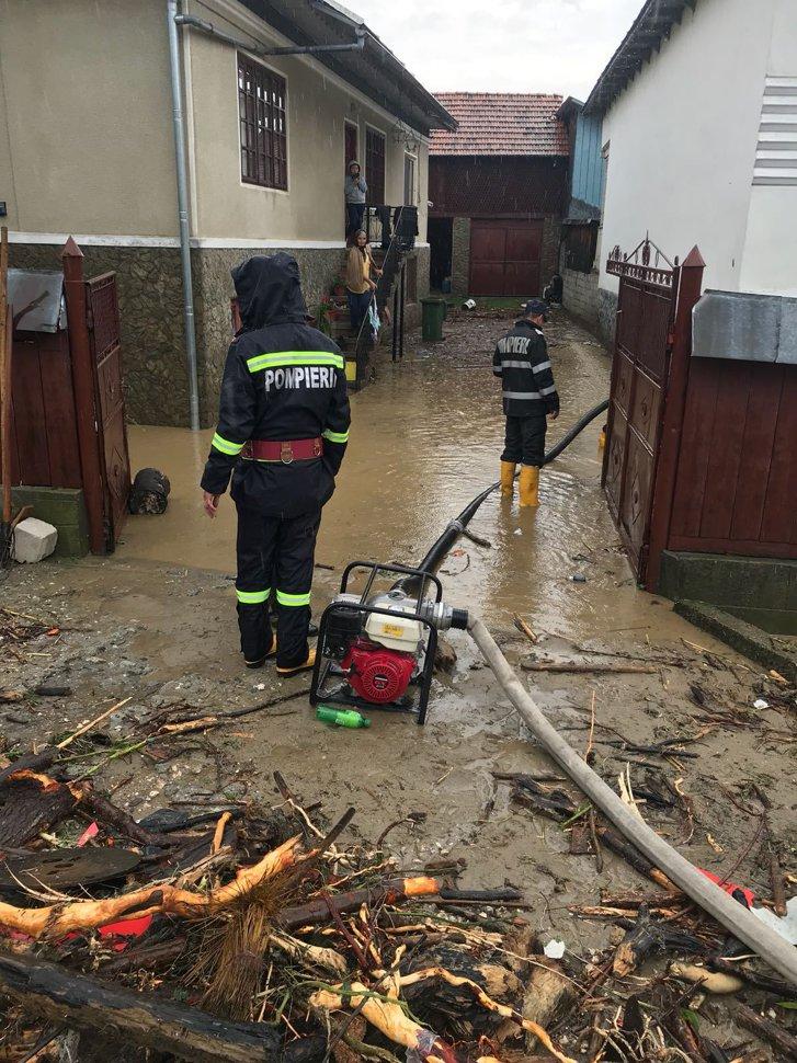 Imaginea articolului O viitură a făcut ravagii într-o comună din Vâlcea: zeci de gospodării au fost inundate, mai multe maşini, avariate. FOTO