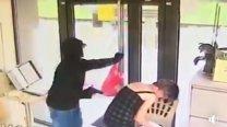 MOMENTUL în care hoţul AMENINŢĂ personalul din bancă pentru a obţine BANII | VIDEO