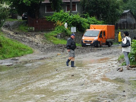 Imaginea articolului Inundaţii în Apuseni: Drumuri blocate şi gospodării distruse de ape, în Munţii Apuseni, după o ploaie torenţială | FOTO