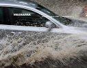 Imaginea articolului Plouă torenţial pe Autostrada Soarelui, circulaţia se desfăşoară cu dificultate / Rupere de nori în Alba: Maşină luată de ape, copaci căzuţi, străzi şi gospodării inundate. FOTO