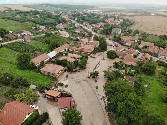 Imaginea articolului Bilanţ după furtunile din Alba: Peste 400 de gospodării au fost inundate. Armata, chemată în ajutor | FOTO, VIDEO