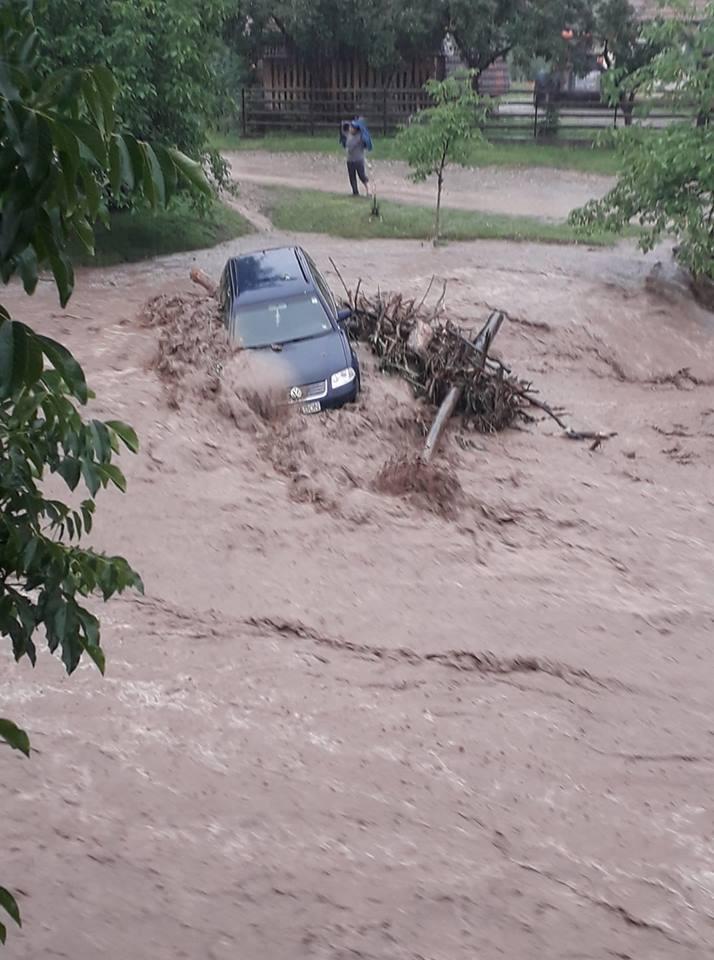 Imaginea articolului Ploile au făcut ravagii în întreaga ţară: Sute de locuinţe, inundate de viituri/ Cele mai mari pagube s-au înregistrat în judeţul Alba | FOTO