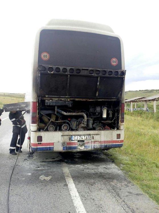 Imaginea articolului Un autocar cu 45 de călători la bord a luat foc în mers pe centura ocolitoare a oraşului Cluj-Napoca