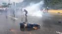 Imaginea articolului Lia Olguţa Vasilescu a distribuit un clip în care protestatari din Venezuela sunt alungaţi cu tunuri de apă