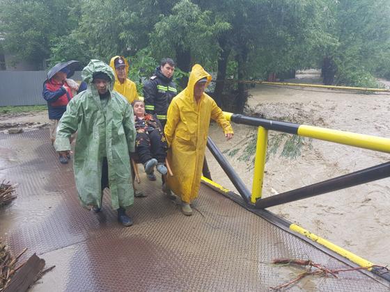Imaginea articolului COD PORTOCALIU de inundaţii pe râuri din judeţele Argeş, Olt şi Teleorman/ În Vâlcea, sunt evacuate preventiv 77 de persoane. Aproximativ 90 de oameni din Prahova refuză să îşi părăsească locuinţele