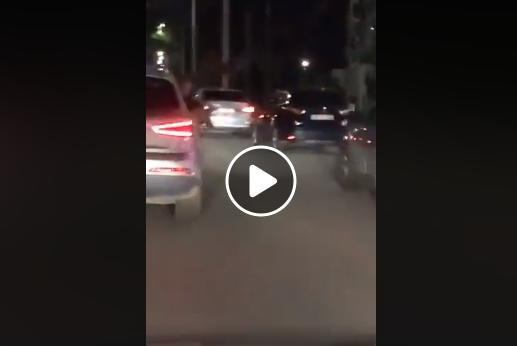 Imaginea articolului Filmare difuzată pe Facebook: Un tânăr a scos o puşcă de airsoft pe geamul unei maşini, lângă Timişoara. Amenda colosală primită