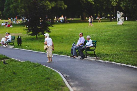 Imaginea articolului Noua Lege a Pensiilor | Cum se vor calcula pensiile din anul 2021/ Când se poate opta între pensie şi indemnizaţie socială minimă/ Cazurile în care mamele pot beneficia de reducerea vârstei/ Al 13-lea salariu este luat în calcul