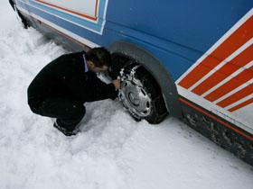 Un autocar cu copii a derapat şi a ajuns într-un şanţ de pe marginea drumului (Imagine din arhiva Mediafax Foto)