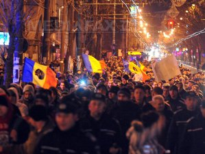 Imaginea articolului Piaţa Universităţii OCUPATĂ de PROTESTATARI. Incidente între jandarmi şi manifestanţi - VIDEO, GALERIE FOTO