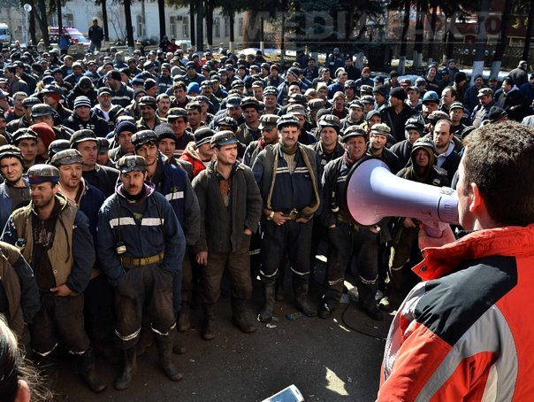 Proteste în Valea Jiului: Peste 2.000 de mineri s-au adunat în curtea CNH