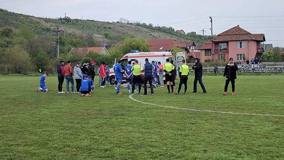 """Imaginea articolului Un fotbalist a făcut stop cardiac pe teren, în timpul meciului: """"Zi-le să oprească meciul că mi-e rău!"""""""