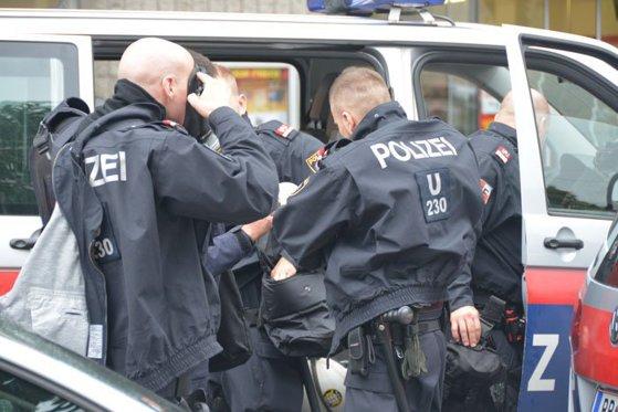 Imaginea articolului REŢINUŢI de poliţie în Austria: Suporteri ai Petrolului au primit INTERDICŢIE după ce asupra lor au fost găsite materiale pirotehnice. Românii, escortaţi până la graniţă