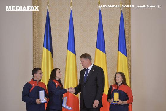 Imaginea articolului FOTO | Preşedintele Iohannis i-a decorat pe gimnaştii Marian Drăgulescu, Cătălina Ponor şi Larisa Iordache