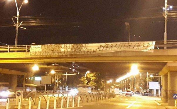 Imaginea articolului Mesajul care încinge spiritele înainte de derby-ul din Giuleşti, dintre Academia Rapid şi Steaua. Banner-ul arborat pe podul Grant de stelişti | FOTO