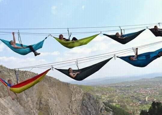 Imaginea articolului Cum este să atârni între două stânci, suspendat la o înălţime de 200 de metri. Metoda de relaxare testată de turişti în comuna Baia de Fier