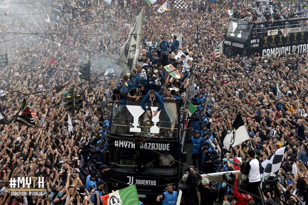Imaginea articolului Parada organizată de Juventus pentru câştigarea titlului, la un pas de tragedie: Şase fani au fost răniţi | FOTO, VIDEO