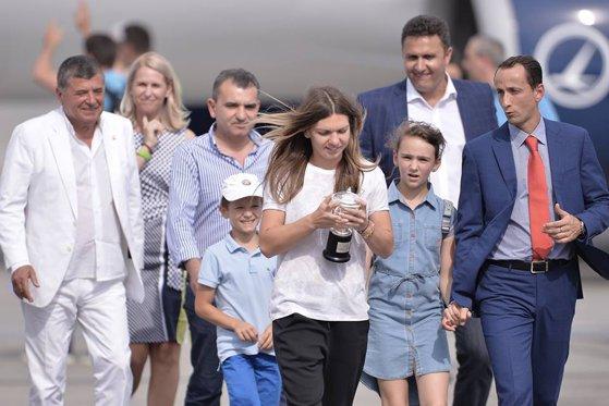 Imaginea articolului VIDEO Simona Halep a sosit în ţară, după succesul istoric de la Roland Garros: Acest trofeu este al meu, dar si al României / Peste 100 de ziarişti, la evenimentul de la Aeroportul Henri Coandă