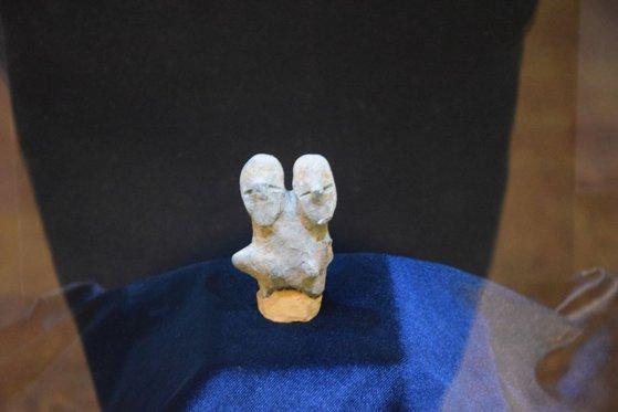 Imaginea articolului FOTO Două zeităţi de acum 8.000 de ani, aducătoare de fertilitate, expuse la Muzeul din Alba Iulia