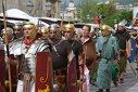 Imaginea articolului GALERIE FOTO Festivalul Roman Apulum: Lupte între daci şi romani, paradă de noapte cu torţe şi târguri de sclavi