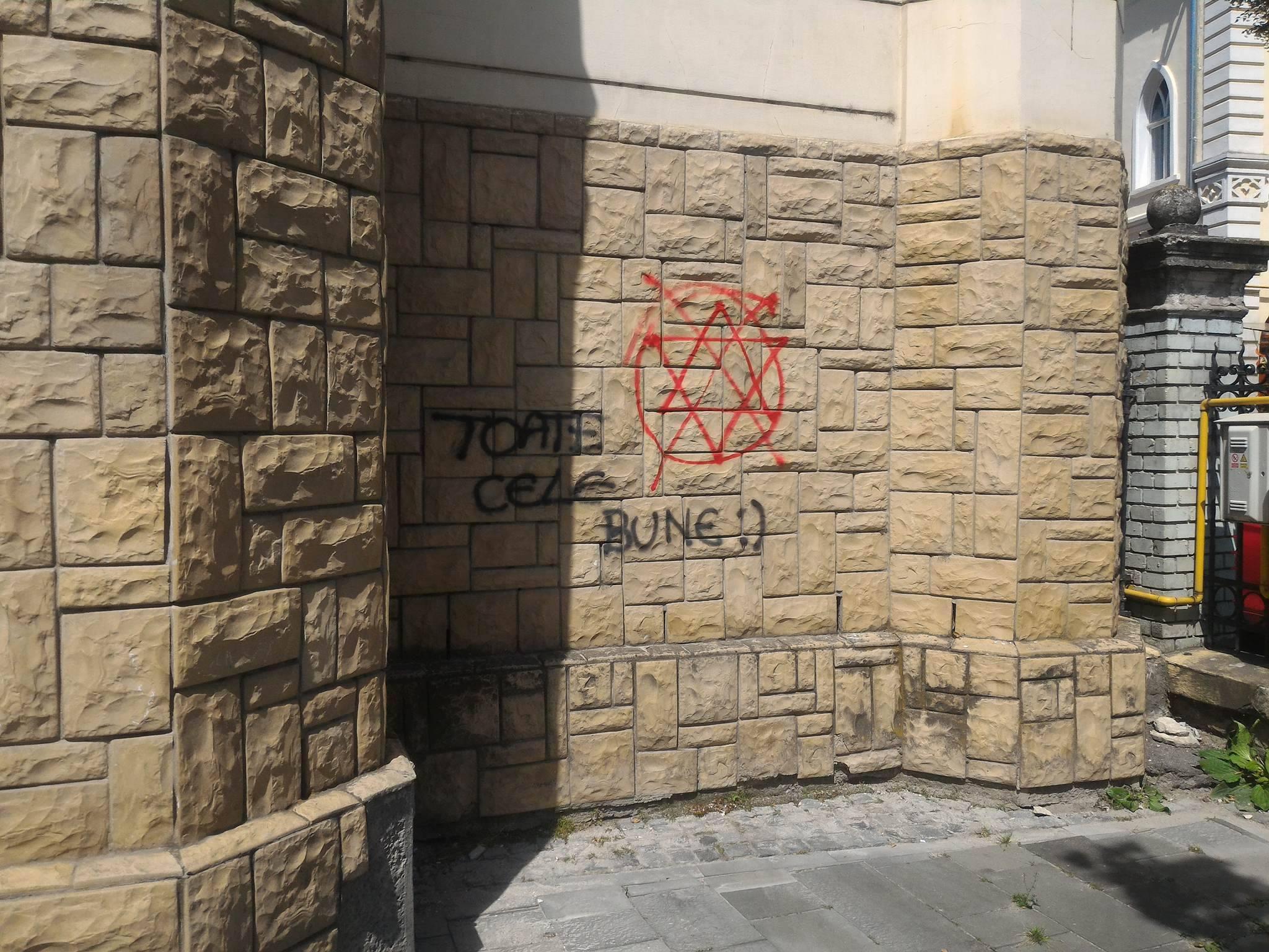 FOTO Holocaustul, negat prin inscripţii antisemite pe Sinagoga Evreiască din Cluj-Napoca. Poliţia a fost sesizată